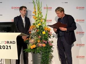 DGNR-Präsident Prof. Dr. Claus Zimmer (re) verleiht den Kurt-Decker-Preis 2021 an PD Dr. Dennis Hedderich von der TU München.