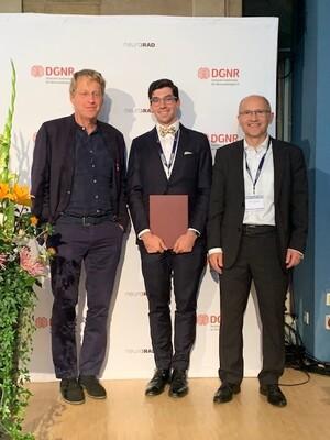 Jury-Vorsitzender Prof. Dr. Martin Wiesmann (re) und DGNR-Präsident Prof. Dr. Claus Zimmer (li) verleihen den Marc-Dünzl-Preis 2021 an Dr. Alexander Rau vom Universitätsklinikum Freiburg.