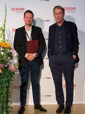DGNR-Präsident Prof. Dr. Claus Zimmer (re) verleiht den DGNR-Interventionspreis an Dr. Alexander Kollikowski vom Universitätsklinikum Würzburg.